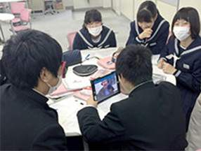 [ image ] English conversation class using a tablet terminal and remote teaching system (Koga Daiichi Municipal Junior High School, Koga City, Ibaraki Prefecture)