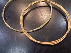Left: 80/20 bronze strings; Right: Phosphor bronze strings. The phosphor bronze strings are slightly reddish.