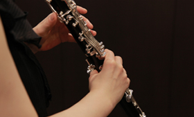 How to hold a clarinet Angle seen from the side