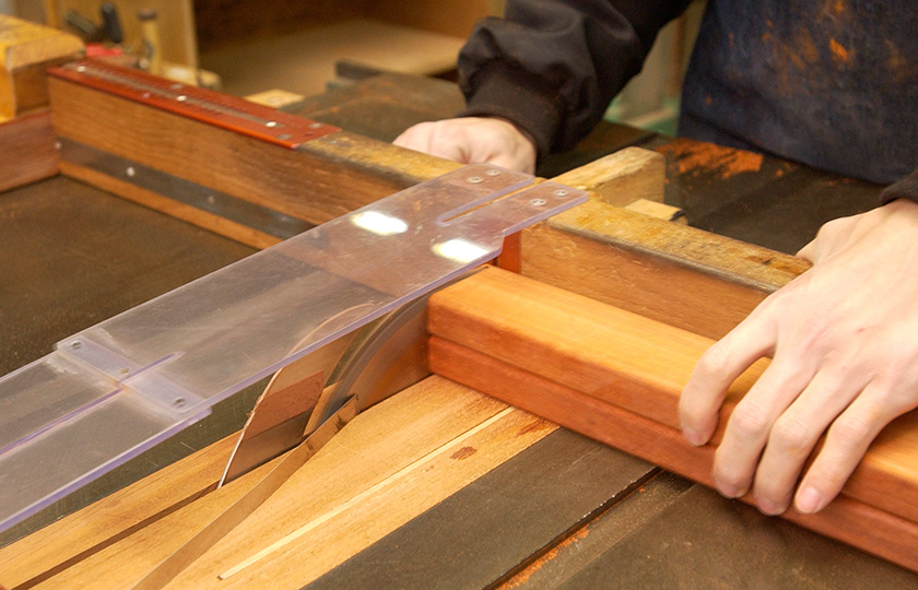 Material for tone plates being cut with the grain of the wood taken into account