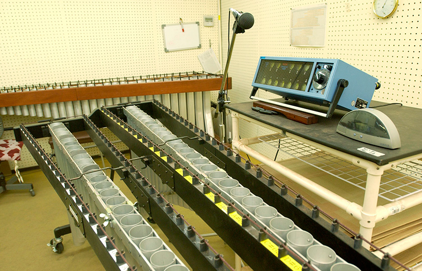 A room in which tone plates are lined up for testing their sounds