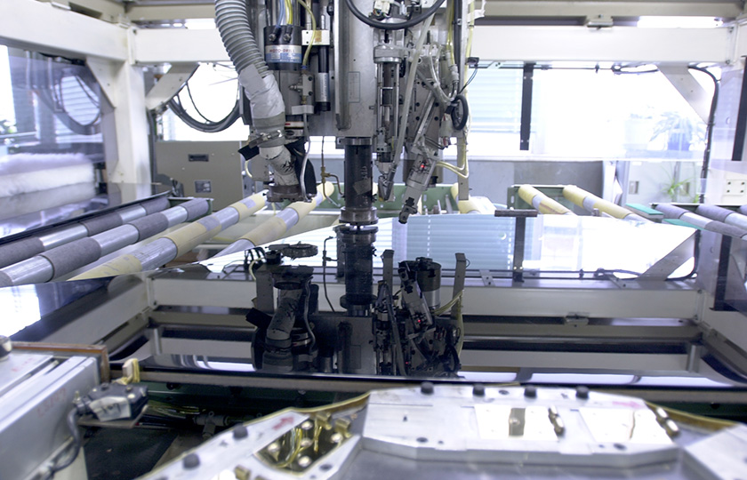 The gold-colored hinge is mounted on the lid in a fully automatic process