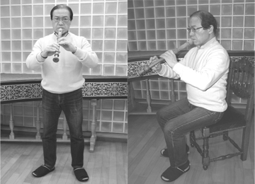 Left: Holding the instrument while standing Right: Holding the instrument while seated Model: Minoru Yoshizawa (recorder player)