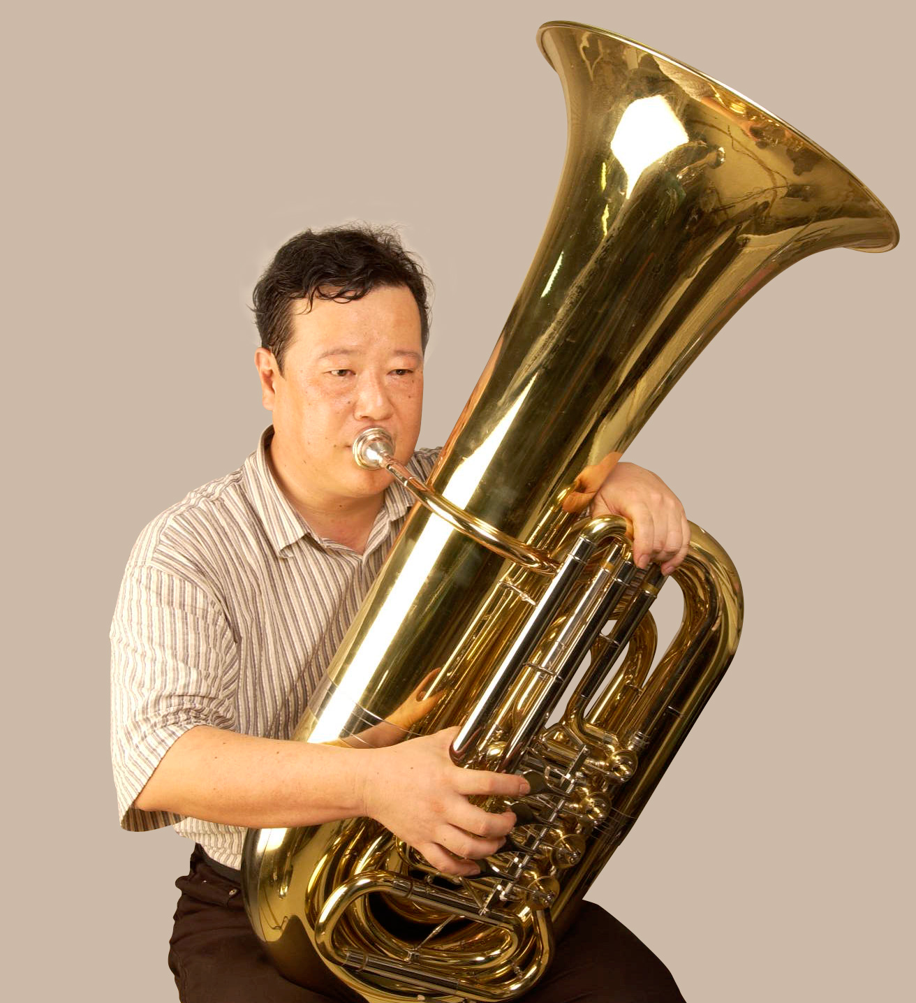 Rotary-valved tubas have the bell on the player's left side