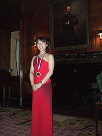 Ching-Yun Hu displays her medal